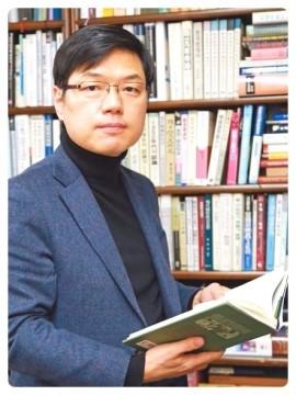 김명섭_독사진_연구실.jpg